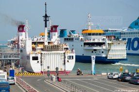 De drukke veerhaven van Piombino, Italië. De voormalige PSD-veerboot Prins Johan Friso (1997) is hier te zien tussen de andere veerboten.