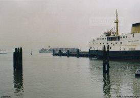 Aan de NAVO-kade was plek voor twee dubbeldekkers, toch lag er meestal maar één veerboot afgemeerd.