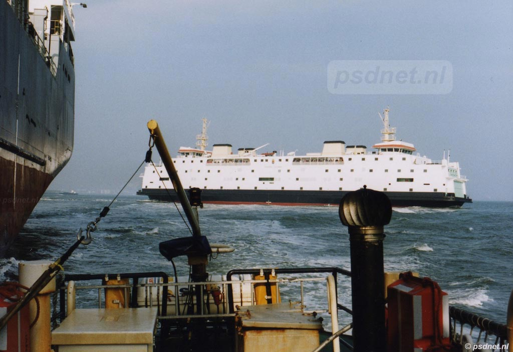 Uitzicht op de PSD-veerdienst Vlissingen-Breskens vanaf de redeboot van het Belgische Loodswezen.