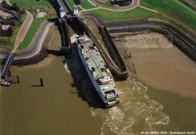 Een luchtfoto van Rijkswaterstaat van de veerhaven van Kruiningen met in de fuik de PSD-boot Prinses Juliana.