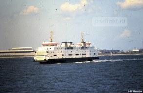 Een nog nieuwe Prinses Juliana zet koers naar Breskens, op de achtergrond zien we scheepswerf De Schelde.