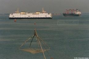 De Prinses Juliana met fuiken en netten van vissers op de voorgrond.