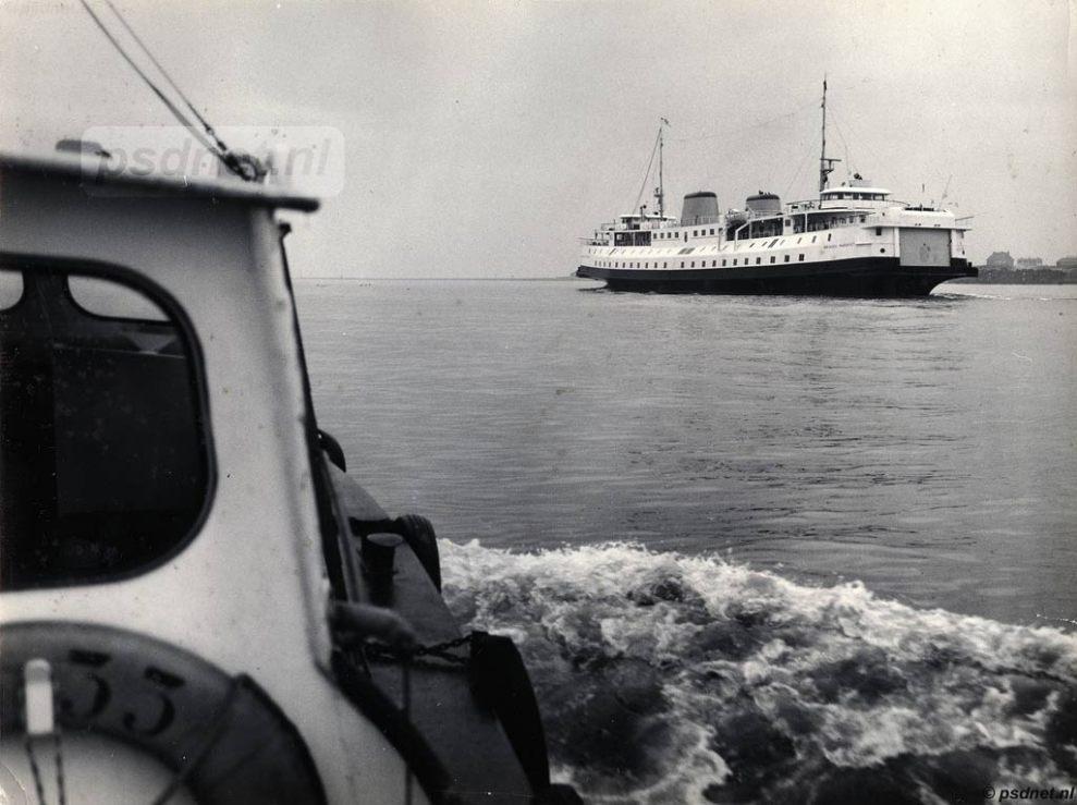 Hier zien we de nagelnieuwe Prinses Margriet bij Hoek van Holland, nog voordat de veerboot ooit in het zilte Zeeuwse water gevaren heeft.