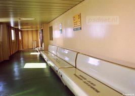 Een stukje promenadedek op de Prinses Juliana met de trap naar een van de passagiersingangen. De kleur beige kwam veel terug op deze veerboot uit 1986.
