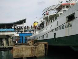 SMS Kartanegara - Passagiers gaan aan boord