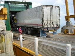 SMS Kartanegara - Vrachtwagens laden