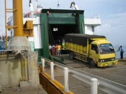 SMS Kartanegara - Vrachtwagens lossen