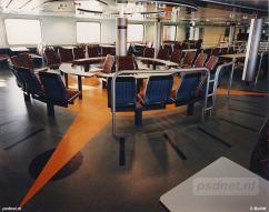De nieuwe salon van de Koningin Beatrix werd ingericht om een 'gezellige' overtocht mogelijk te maken. Bijvoorbeeld met deze zitplaatsen in een cirkel, zodat ook groepen (scholieren) met elkaar konden communiceren.