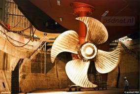 Een prachtige opname van een van de vier scheepsschroeven van de veerboot Prins Johan Friso. De schroef zit aan een beweegbare thruster en kan 360 graden draaien.