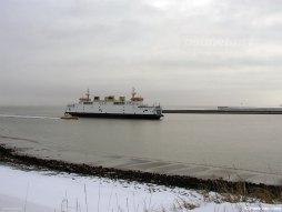 De Prins Johan Friso gezien in de veerhaven van Breskens. Op de dijk ligt wat sneeuw.