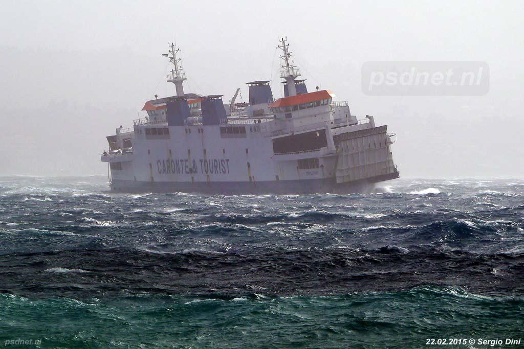 Het kan spoken op de Straat van Messina, maar de veerboten varen meestal dapper door. De voormalige PSD-veerboot Koningin Beatrix (Tremestieri) waagt zich in februari 2015 aan een oversteek.