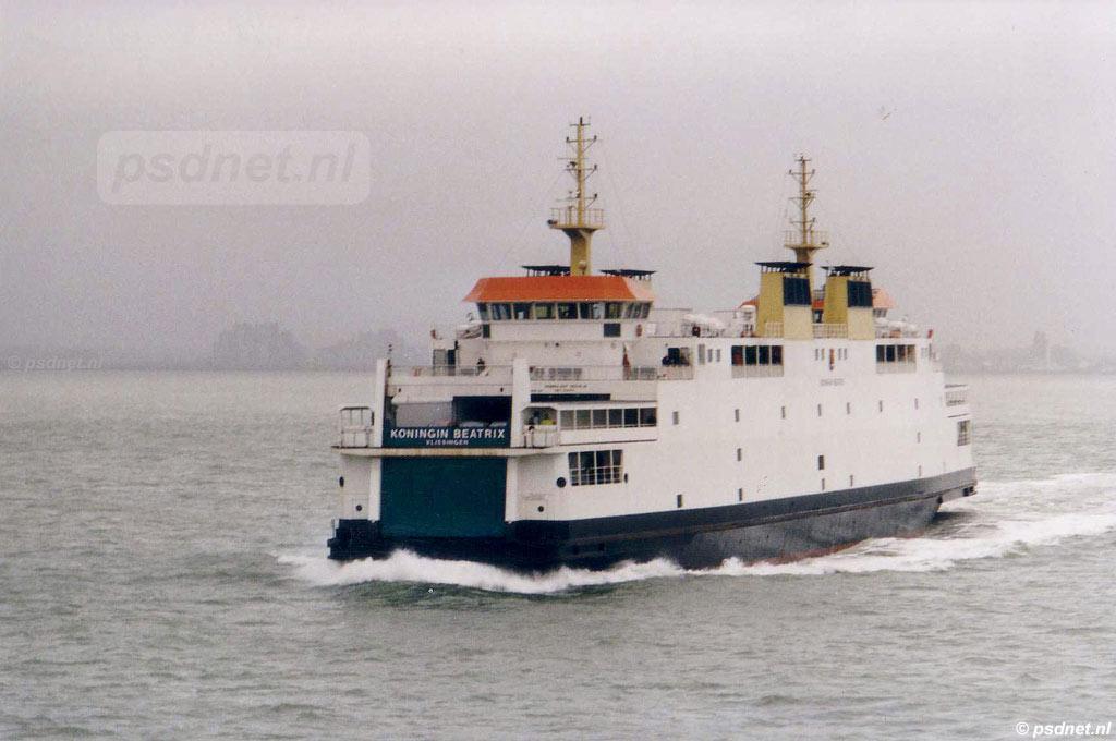 Het autoveer Vlissingen-Breskens met de veerboot Koningin Beatrix in stormachtige omstandigheden