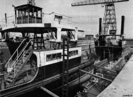 De veerboot in twee stukken bij De Schelde in Vlissingen.