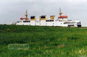 De PSD-veerboot Koningin Beatrix verscholen achter de groene dijk van Vlissingen.