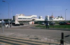 De voor het station gelegen PSD-terminal van Vlissingen met daarachter de aanlegfuik met veerboot.