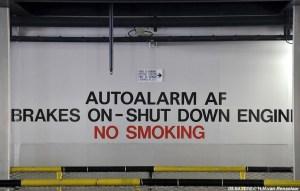 'Autoalarm af', klinkt wel erg Nederlands en dat klopt ook. Dit zijn de oorspronkelijke waarschuwingen om het autoalarm af te zetten en de auto ook op de handrem te zetten.