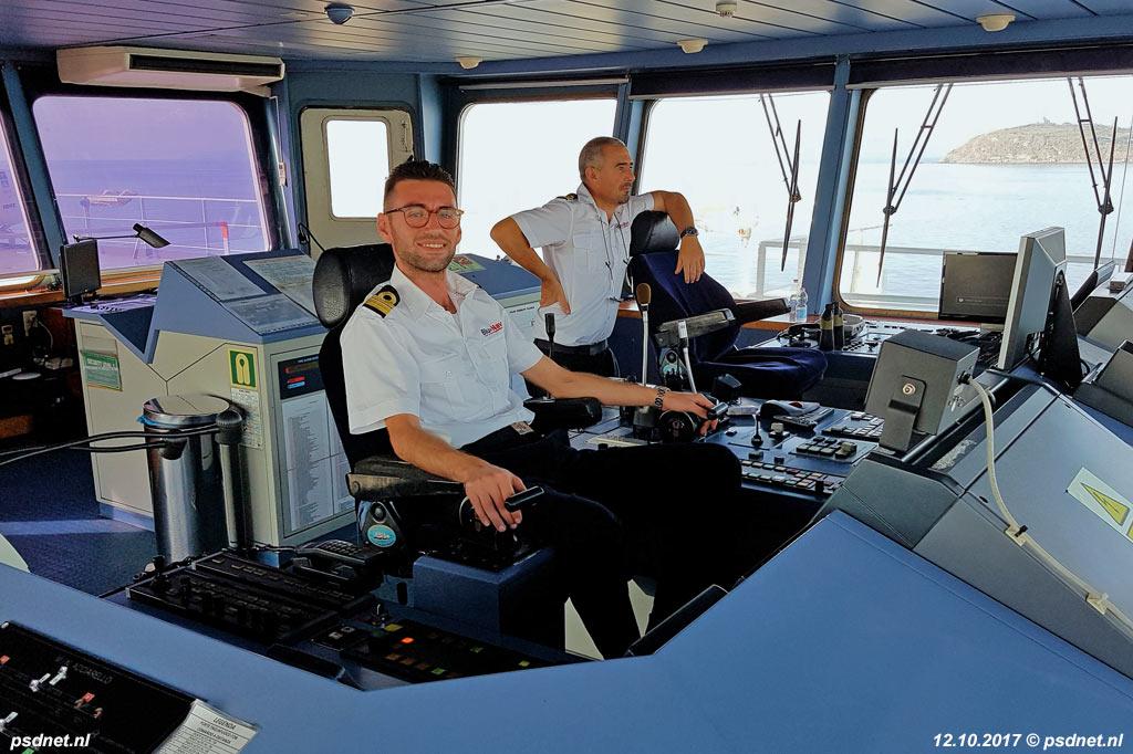 Kapitein Giuseppe Pavia en eerste stuurman F. Silverio in het stuurhuis van de Acciarello