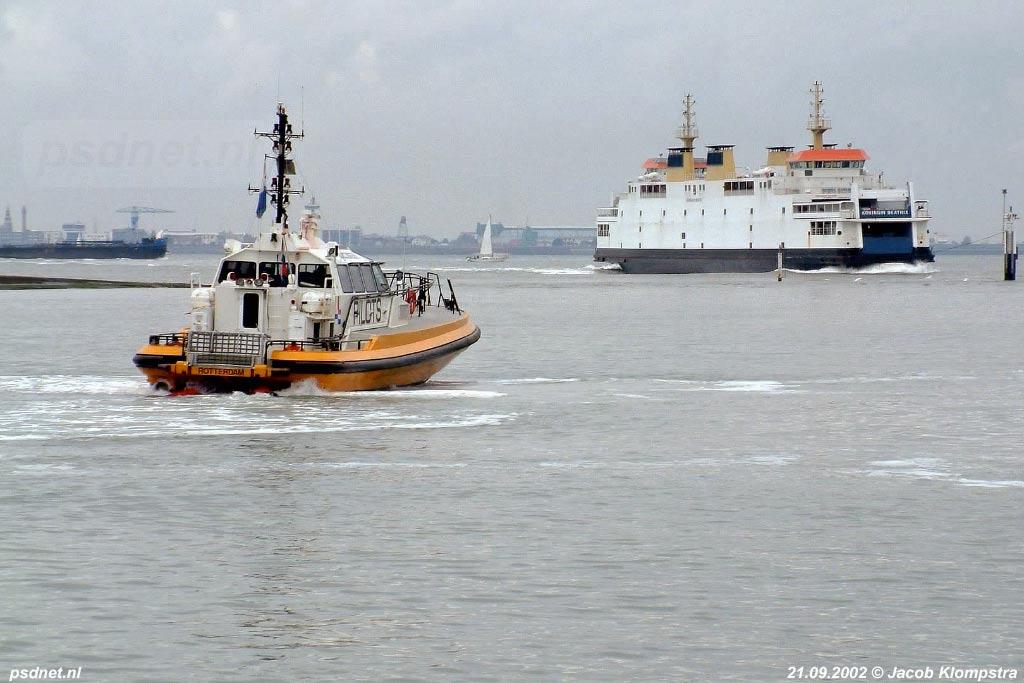 Het Loodswezen zorgde vaak voor een eigen 'veerdienst' Vlissingen-Breskens door met de redeboot loodsen af te zetten aan de overkant. Op de achtergrond de reguliere veerboot Vlissingen-Breskens, de Koningin Beatrix.