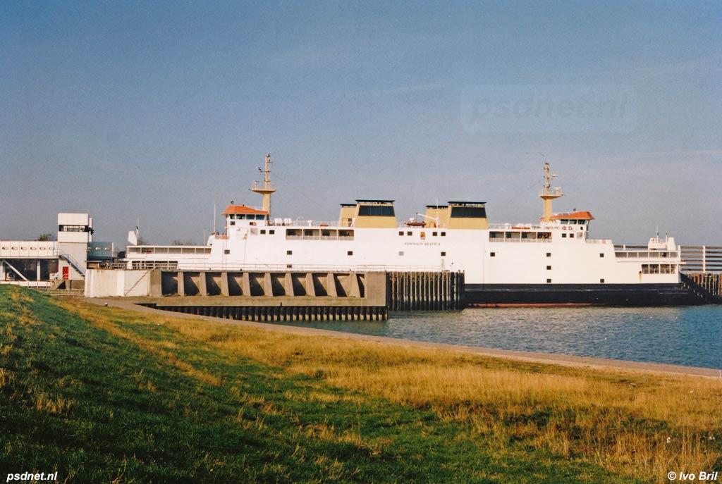 Hier zien we de Koningin Beatrix in de fuik van Breskens, op de voorgrond ligt de ongebruikte fuik voor kleinere kopladingsschepen zoals de Prins Bernhard en Koningin Juliana.