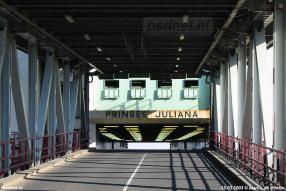 De dubbeldeksveerboot Prinses Juliana gezien door de brug van Perkpolder. Het autodek van de Juliana is leeg, de laatste auto's naar zijn de vorige avond vervoerd met de Juliana naar Kruiningen.