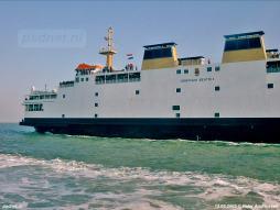 Verschillende schepen begeleiden de veerboot Koningin Beatrix naar Vlissingen op de laatste afvaart.
