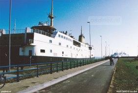 De PSD-dubbeldekker Prins Willem-Alexander ligt in de sluis van Vlissingen na het opheffen van de dienst Kruiningen-Perkpolder. Op de achtergrond vaart de PSD-boot Koningin Beatrix. Foto: © Ivo Bril