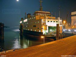 In maart en april 2003 is de Koningin Beatrix de dienstboot van het nieuwe voetveer Vlissingen-Breskens. De Prinses Juliana ligt daarom 's avonds naast de fuik afgemeerd zoals te zien is op deze fraaie foto. Foto: © Willem Kruit