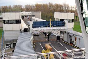 Auto's laden en lossen was in 2004 een unicum, nadat de autoveerdiensten beëindigd werden op 14 maart 2003. Voor de bevoorrading van de reünie op de Prins Johan Friso werden er toch wat voertuigen meegenomen..