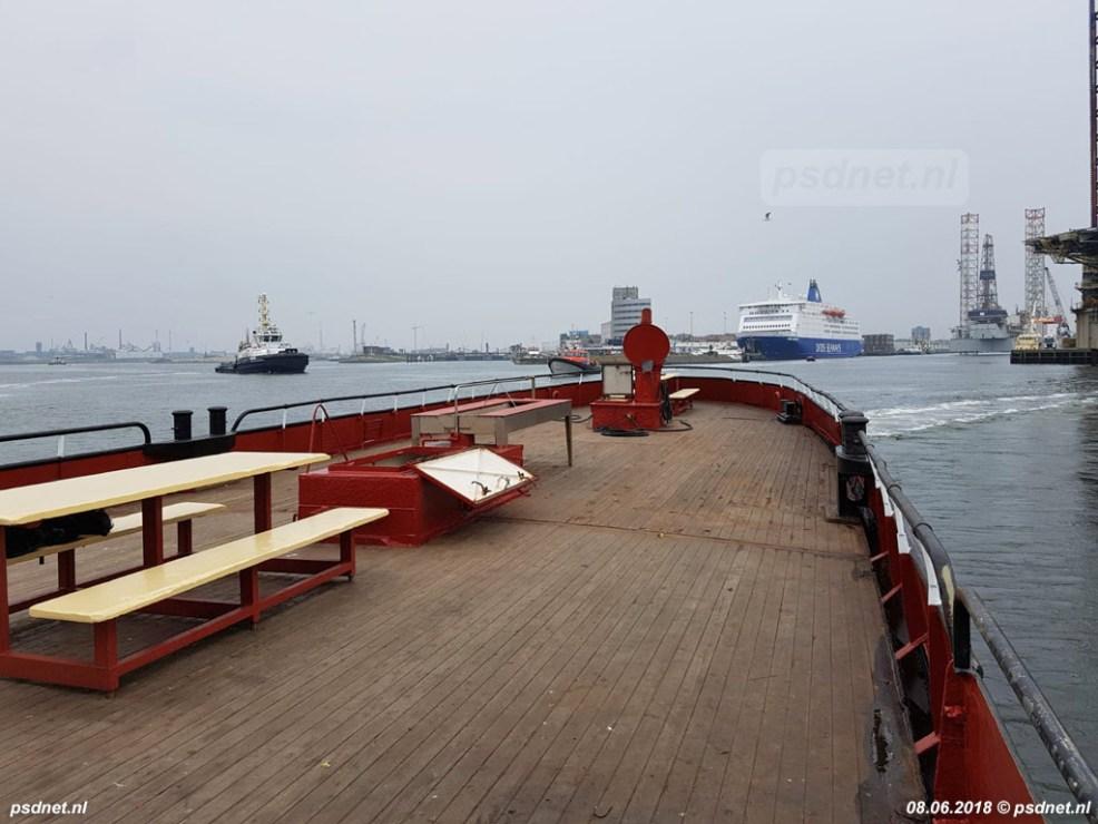 De Estrella verlaat IJmuiden, op de achtergrond de veerboot naar Newcastle. Dit schip is een zusterschip van de laatste twee Olau-veerboten die vanuit Vlissingen naar Engeland vertrokken.