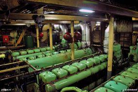 In de machinekamer zijn nog altijd 4 stuks achtcilinder viertakt Smit-MAN-dieselmotoren te vinden en een stel generatoren.
