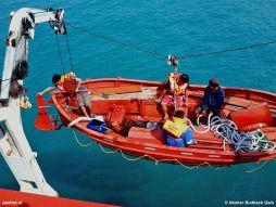 Tijdens een reddingsoefening wordt de reddingssloep van de SMS Kartanegara (Prinses Margriet) neergelaten in de Javazee.