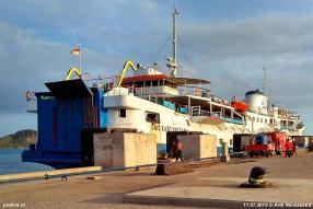 Een iets oudere foto, uit 2015, waar de SMS Kartanegara nog rode stuurhuiskappen heeft, maar al wel blauw is geschilderd. Eerst was de Prinsessenboot groen.