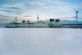 De dubbeldeksveerboot Prins Willem-Alexander in de sneeuw in 2003. De sneeuw maakt de rode stuurhuiskappen wit, zoals het schip gevaren heeft tussen 1970 en 1980.