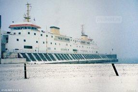 De Prinses Juliana in de sneeuw op 1 februari 2003, 50 jaar na de Watersnoodramp. Daarom hangt de vlag in de mast halfstok.
