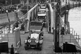 Auto's laden was met de nieuwe aanlegsteigers makkelijk en snel. Foto: © Regionaal Archief Dordrecht.