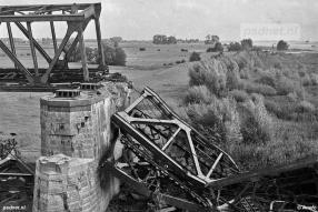 Tijdens de Tweede Wereldoorlog werden de Moerdijkbruggen vernield. Tijdelijk moest de veerdienst Moerdijk-Willemsdorp in ere worden hersteld.