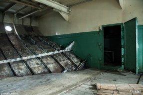 Een van de twee kajuiten benedendeks op de Zijpe, de voormalige Moerdijkpont Willemsdorp. Foto © Andre Joosse / UrbEx.nl