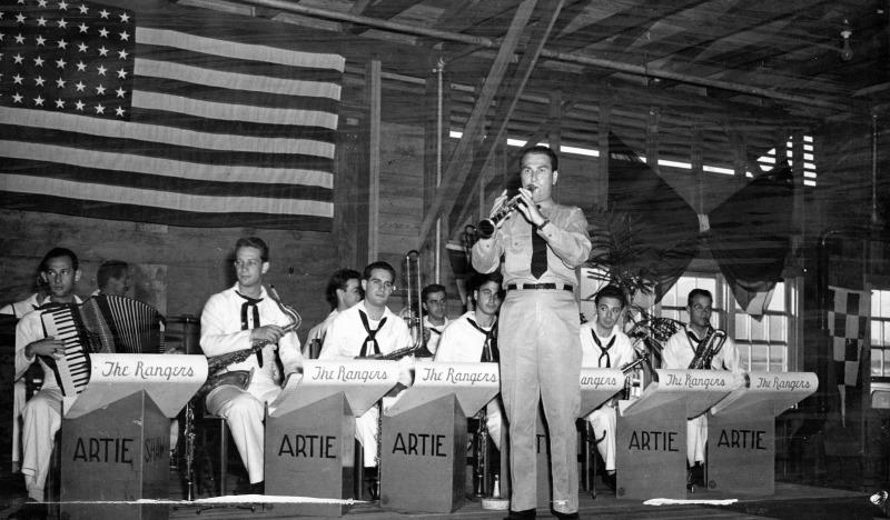 """Artie Shaw y su orquesta para """"subir la moral de las tropas"""" en el Pacífico. Swing durante la Segunda Guerra Mundial."""