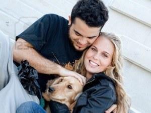 2710725-felice-coppia-con-cane-per-animali-da-compagnia