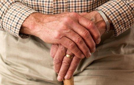 Una persona mayor en una residencia