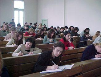 Studenţi la examen