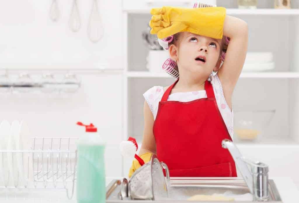 Devojcica radi kućne poslove