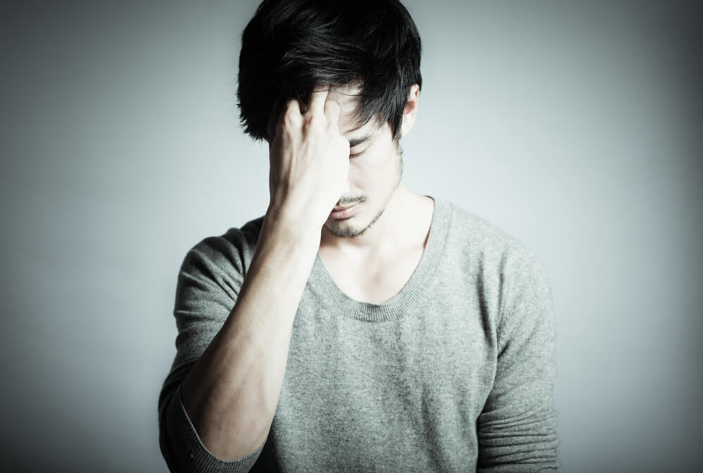 Chico con malestar a causa de su ansiedad
