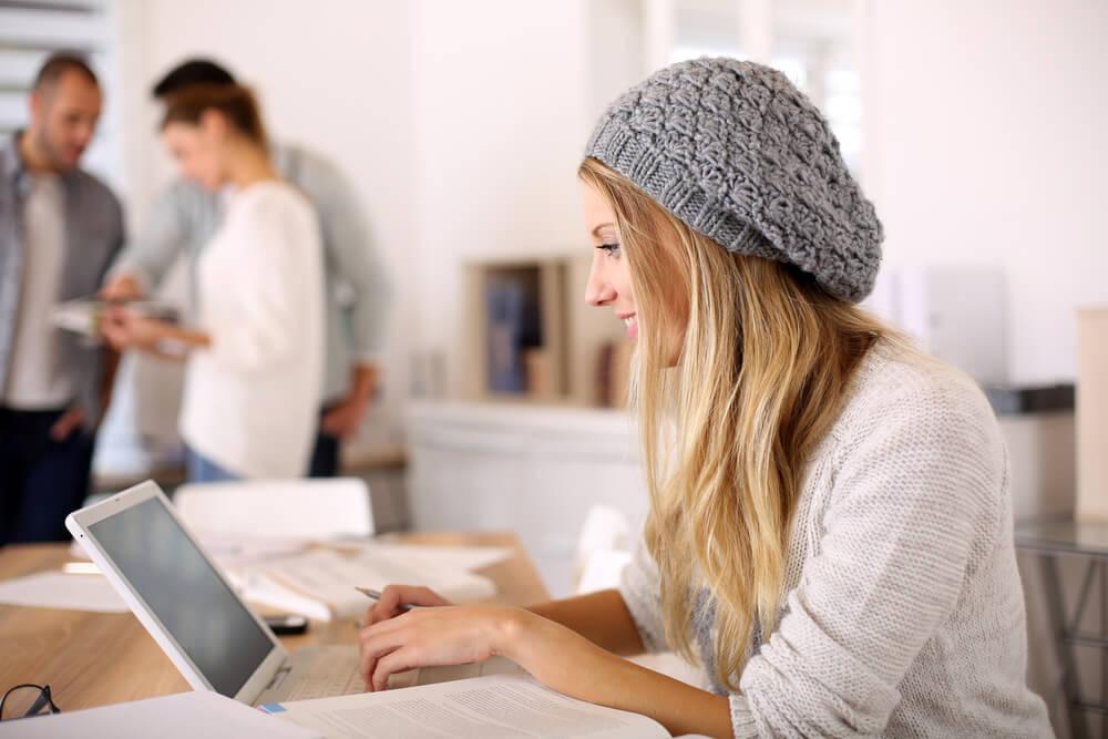 Chica joven recibiendo orientación psicológica online
