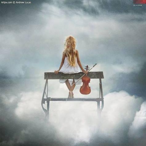 žena a husle v oblakoch