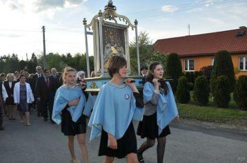 Obraz niesie delegacja Dziewczęcej Służby Maryjnej
