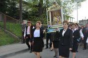 """Obraz niesie delegacja Parafialnego Oddziału """"Caritas"""""""