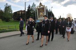 Obraz niesie delegacja Ochotniczej Straży Pożarnej