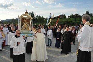 Obraz niesie delegacja księży rodaków