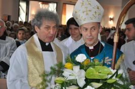 Ksiądz Biskup Stanislaw Salaterski wraz zksiędzem proboszczem Józefem Kmakiem